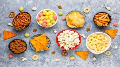 alimentos-pretzels-papas-fritas-galletas-saladas-palomitas-maiz-tazones