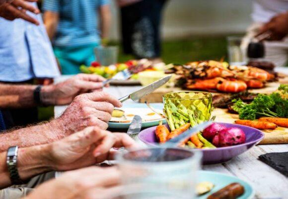 alimentos-primer-plano-diversas-personas-disfrutando-barbacoa-fiesta